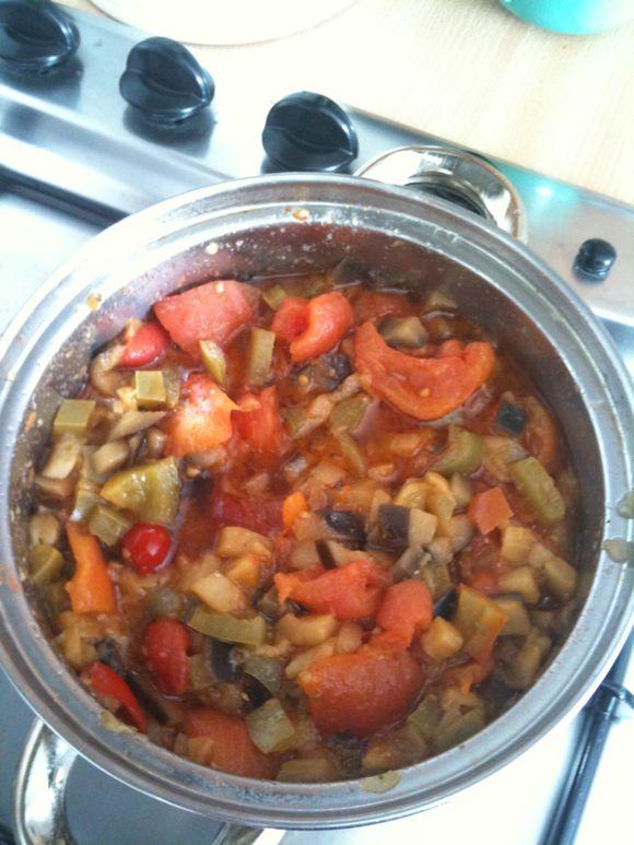 Salmone con ratatuille di melanzane, peperoni e pomodoro fresco